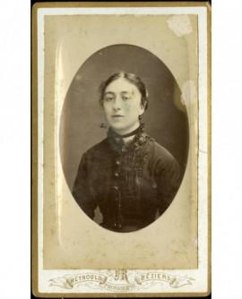 Jeune fille, boucles d'oreille et ruban de col avec médaille