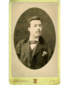 Portrait d'un jeune homme à la moustache naissante