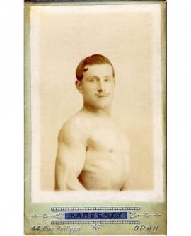 Portrait d'un homme moustachu torse nu (lutteur?)