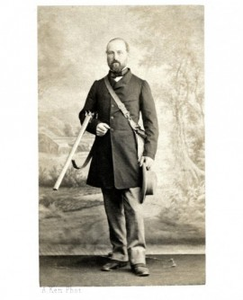 Homme chasseur barbu, avec fusil, gibecière et chapeau