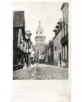 Vue d'une rue de ville avec clocher au fond (Fougères?)
