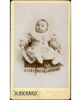 Bébé assis sur une chaise (Hélène Genty)