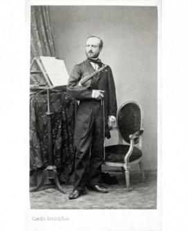 Violoniste barbu à lunettes, violon sous le bras, archet