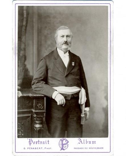 Homme à rouflaquettes debout, écharpe tricolore et décoré
