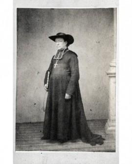 Ecclésiastique en chapeau évêque avec croix pectorale
