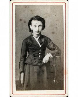 Jeune femme debout accoudée à une sellette