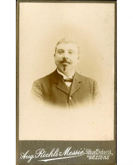 Portrait d'homme jovial à mouche et moustache