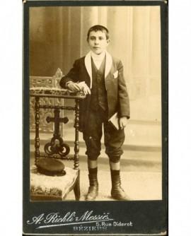 Jeune garçon en col blanc accoudé à un prie-dieu (communiant?)