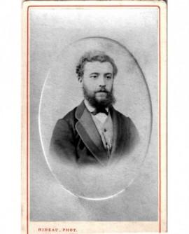 Portrait d'homme barbuet frisé