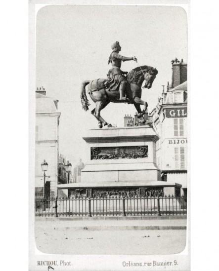 Statue de Jeanne d'Arc place du Martrai à Orléans