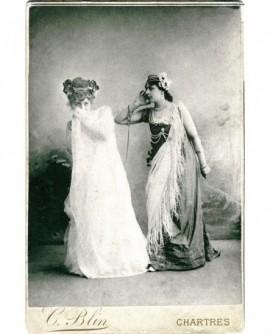 Deux femmes en costume de scène (actrices?)