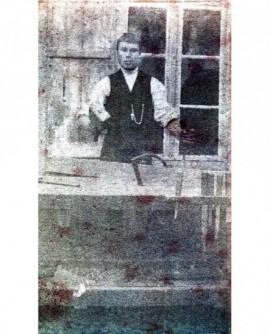 Homme devant un établi, marteau et ciseau à la main
