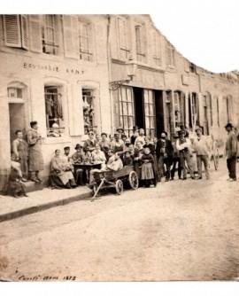 Vue de villageois devant une boucherie et une épicerie
