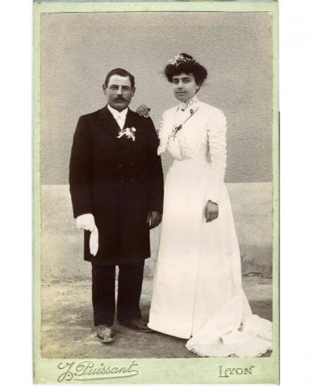 Couple de mariés (femme en robe blanche)