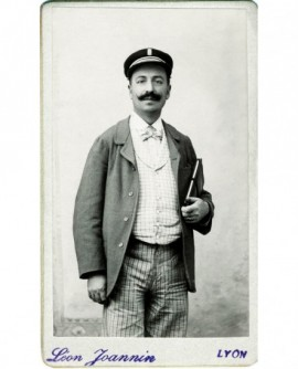 Employé municipal moustachu en casquette (Barthélemy Blanchard)