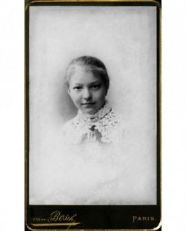 Portrait de jeune fille en collerette brodée.