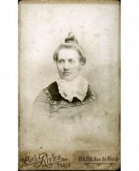 Portrait de femme au jabot de dentelle