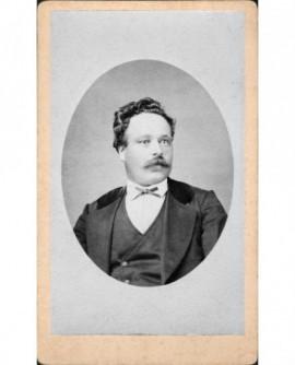 Portrait d'un homme moustachu aux cheveux bouclés