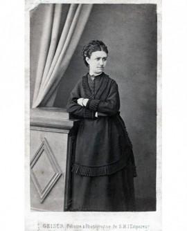 Femme en robe posant debout. Hélène Dubunel