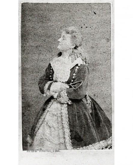jeune femme en manteau brodé bras croisés