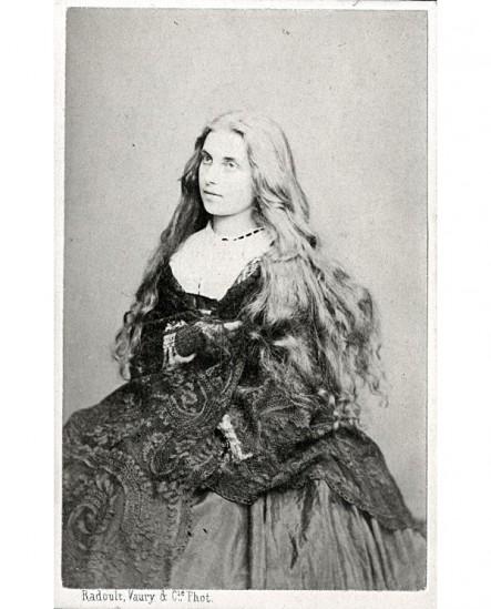 Femme aux cheveux longs, gantée