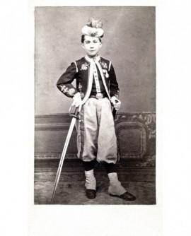 Jeune garçon en costume de turco avec un sabre.