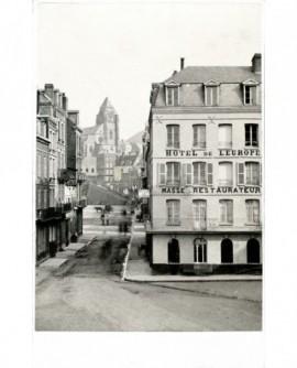Vue de la ville du Tréport: au premier plan, l'hôtel de l'Europe
