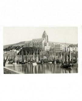 Le Tréport: le port et au fond l'église Notre-Dame