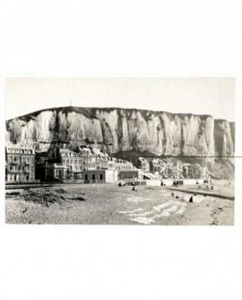 Vue du Tréport: la plage de galets et en arrière-plan la falaise
