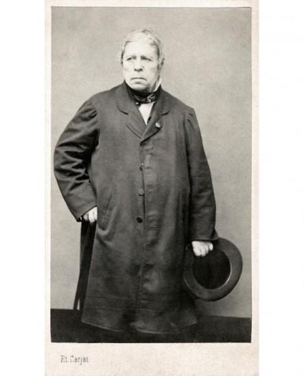 Homme debout chapeau à la main, rosette à la boutonnière (Ingres)