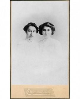 Portrait de 2 jeunes femmes en robe blanche