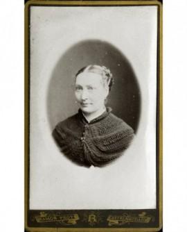 Portrait de femme en gilet de laine