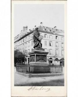 Place de Strasbourg avec statue d'homme barbu tenant une feuille de papier (Gutemberg)