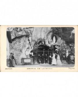 Grotte de Lourdes, avec prêtres et pélerins devant la grille.