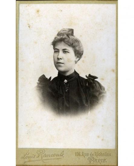 Portrait de femme à chignon