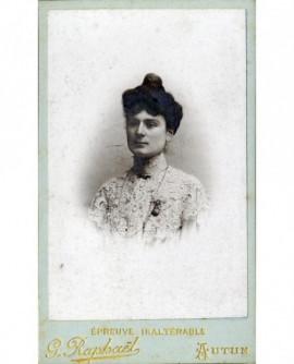 Portrait de femme avec col de dentelle