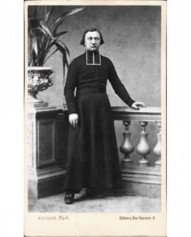 Prêtre en rabat appuyé sur une balustrade. M. l'abbé Laurent