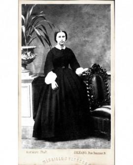 Femme en robe sombre à col et manchettes de dentelle. Mme Th. Pesle-Rime