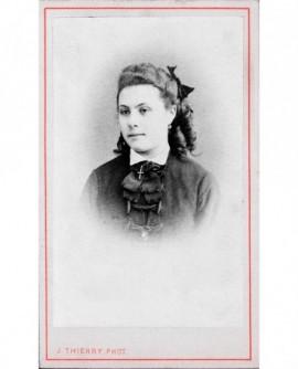 Portrait de jeune fille avec croix au cou
