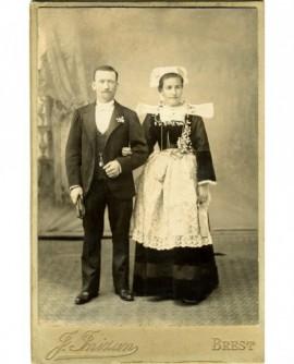 Couple de mariés (la femme en costume breton)
