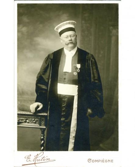 Magistrat debout, en toge et en mortier, décoré de la légion d'honneur et des palmes