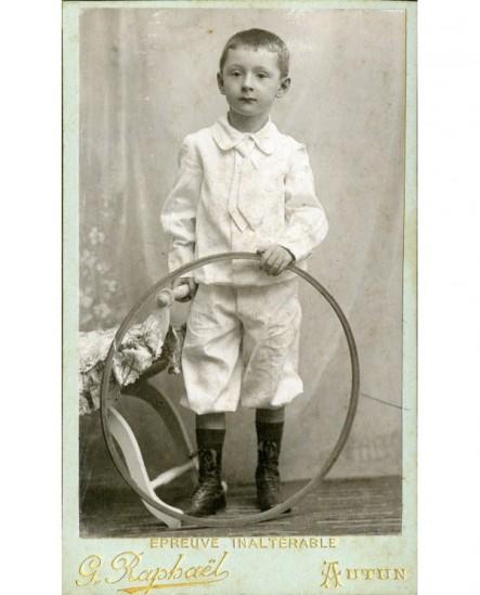 Garçon en costume blanc, avec cerceau (jouet)