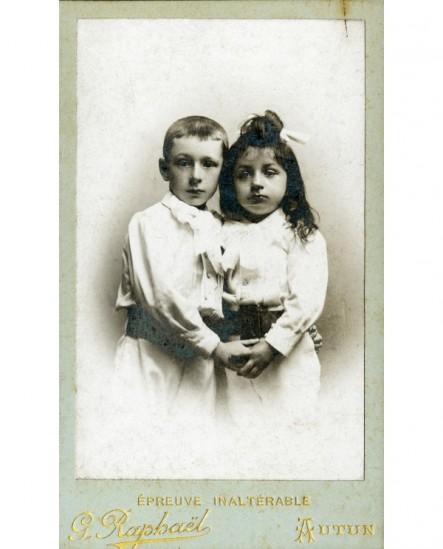 Deux enfants se tenant la main
