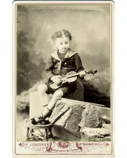 Jeune garçon en col marin tenant un violon