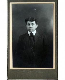 Portrait d'un jeune garçon en habit