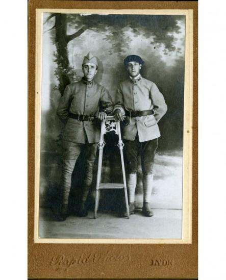Deux militaires du 21è devant une toile peinte