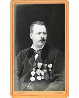 Portrait d'homme arborant 9 décorations