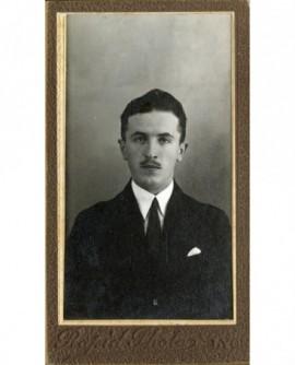 Homme moustachu en costume-cravate