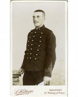 Militaire du 9è à moustache en croc debout
