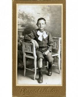 Jeune garçon à lavallière blanche et culotte courte